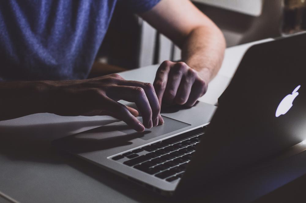 5 στους 10 εργαζόμενους συνδυάζουν πορνό και εργασία στην ίδια συσκευή