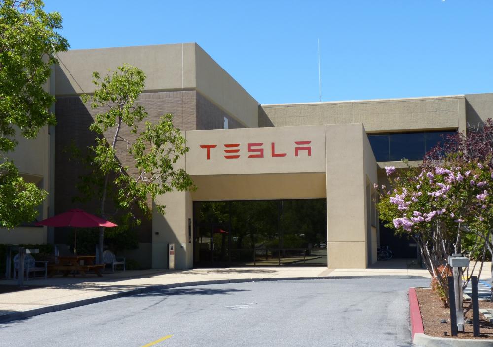 Η Tesla στήνει τμήμα πωλήσεων στην Ελλάδα