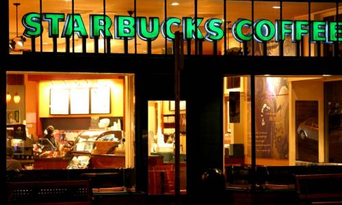 Ασύρματη φόρτιση smartphones στα Starbucks