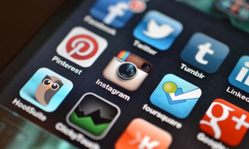 Τερέζα Μέι προς Social Media: Πληρώστε!
