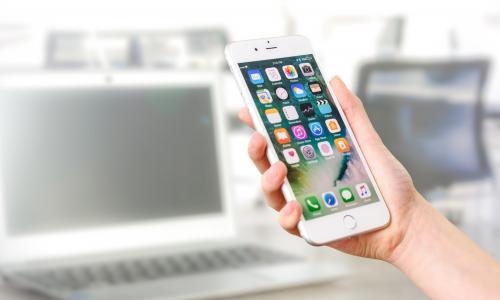 Το μειωμένο ενδιαφέρον για τα iPhone έριξε τα έσοδα της Apple