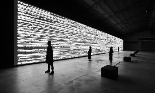 Η εγκατάσταση Data Flux [12XGA version] του Ryoji Ikeda στη Στέγη του Ιδρύματος Ωνάση